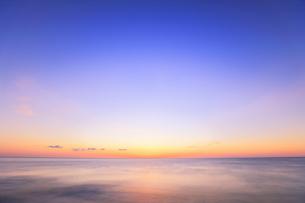 夜明けの海の写真素材 [FYI04118374]