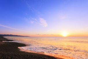 浜辺に寄せる波と朝日の写真素材 [FYI04118377]