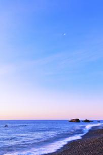 浜辺に寄せる波と朝焼け空に月の写真素材 [FYI04118379]