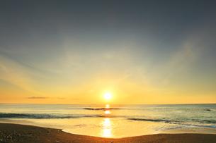 浜辺に寄せる波と朝日の写真素材 [FYI04118380]