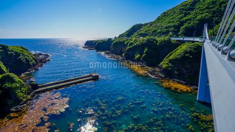 透明度の高い海を望む佐渡、小木の長者ヶ橋の写真素材 [FYI04118489]