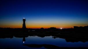 深い青とオレンジに包まれた夕暮れの佐渡島の灯台、長手岬の写真素材 [FYI04118516]