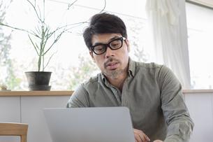 パソコンを使う男性の写真素材 [FYI04118530]