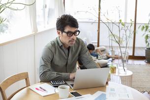 自宅で仕事をする男性の写真素材 [FYI04118536]