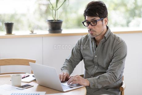 パソコンを使う男性の写真素材 [FYI04118544]