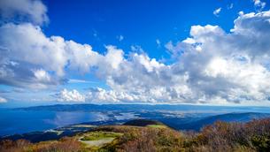 天気の良い秋の日に、展望台から眺める佐渡島の風景の写真素材 [FYI04118556]