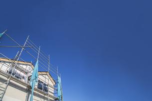 青空を背景に建築中の戸建て住宅。背景用素材の写真素材 [FYI04118660]