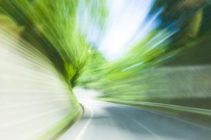 車窓より流れる景色の写真素材 [FYI04118661]