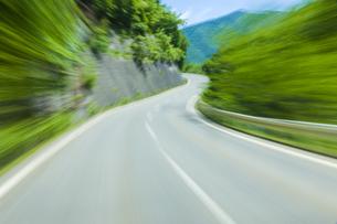 車窓より流れる景色の写真素材 [FYI04118663]