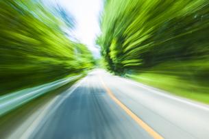 車窓より流れる景色の写真素材 [FYI04118665]