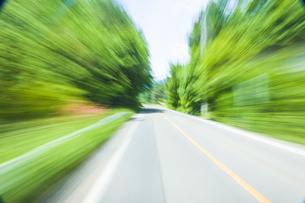 車窓より流れる景色の写真素材 [FYI04118666]