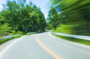 車窓より流れる景色の写真素材 [FYI04118667]
