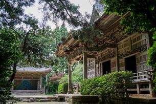 離島、佐渡島にある彫刻が美しい神社と能舞台の写真素材 [FYI04118838]