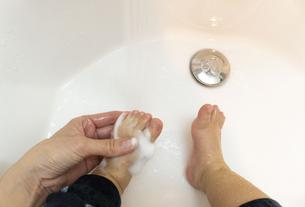 幼児の足を洗う ウイルス対策の写真素材 [FYI04118848]