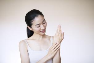 自分の手を触る女性の写真素材 [FYI04118969]