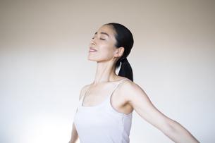 腕を広げて深呼吸する女性の写真素材 [FYI04118971]
