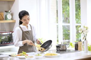 キッチンで料理を作る女性の写真素材 [FYI04118973]