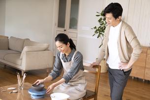 部屋で陶芸を楽しむ夫婦の写真素材 [FYI04118980]