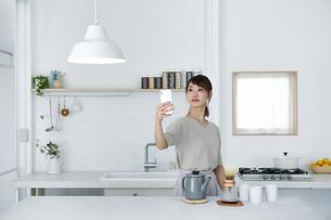 スマートフォンを使う女性の写真素材 [FYI04119152]