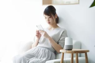 スマートスピーカーと女性の写真素材 [FYI04119164]