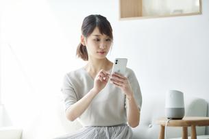 スマートスピーカーと女性の写真素材 [FYI04119165]