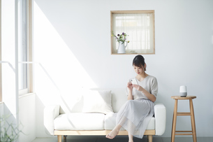 スマートスピーカーと女性の写真素材 [FYI04119166]