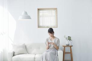スマートフォンを使う女性の写真素材 [FYI04119167]