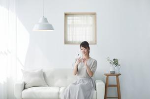 スマートフォンを使う女性の写真素材 [FYI04119168]