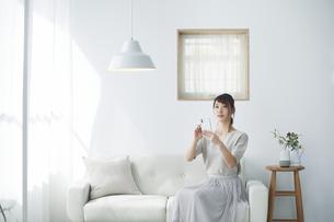 スマートフォンを使う女性の写真素材 [FYI04119169]