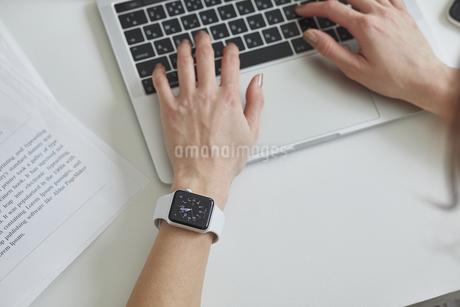 スマートウォッチをつけた女性の手の写真素材 [FYI04119178]