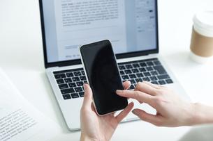 スマートフォンを持つ女性の写真素材 [FYI04119180]