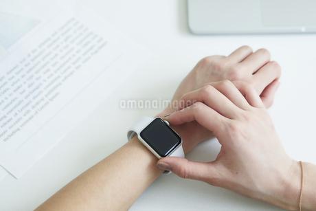 スマートウォッチをつけた女性の手の写真素材 [FYI04119182]