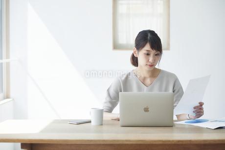 仕事をする女性の写真素材 [FYI04119183]