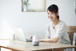 スマートスピーカーを操作する女性の写真素材 [FYI04119192]