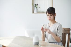 スマートスピーカーを操作する女性の写真素材 [FYI04119193]