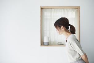スマートスピーカーを操作する女性の写真素材 [FYI04119194]