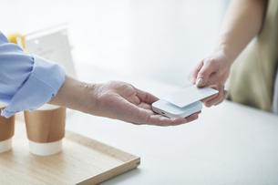 カード決済をする女性の写真素材 [FYI04119222]