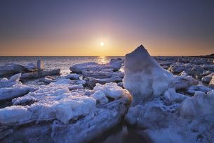 野付半島の日の出と流氷の写真素材 [FYI04119511]