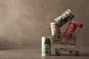 紙幣とショッピングカートの写真素材 [FYI04119566]
