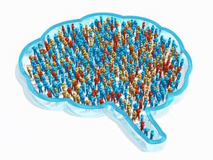 脳の形をしたガラス状の器に入る2色の群衆のイラスト素材 [FYI04119693]