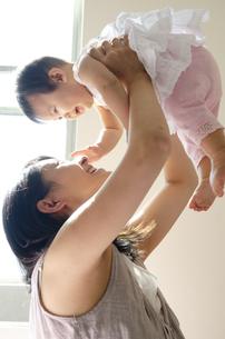 赤ちゃんをあやしている母親の写真素材 [FYI04119741]