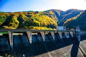 秋の箕輪ダムの写真素材 [FYI04119896]