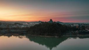 朝焼けに浮かぶ犬山城の写真素材 [FYI04119901]