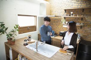 キッチンで談笑する祖母と孫の写真素材 [FYI04120050]