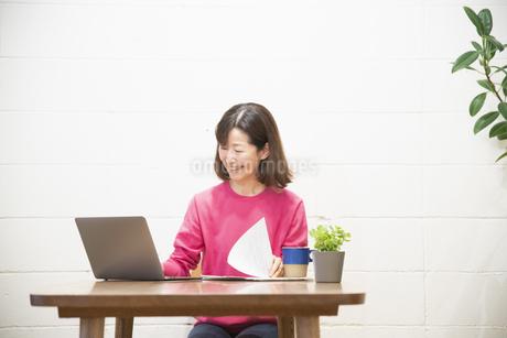 リモートワークで仕事をするシニアの女性の写真素材 [FYI04120084]