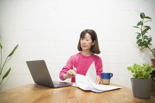リモートワークで仕事をするシニアの女性の写真素材 [FYI04120087]