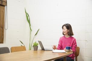 リモートワークで仕事をするシニアの女性の写真素材 [FYI04120088]