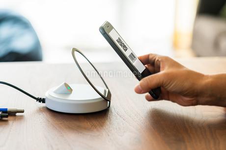 スマホ決済・キャッシュレス決済・QRコード決済・バーコード・Pay・ケータイ・支払いの写真素材 [FYI04120116]