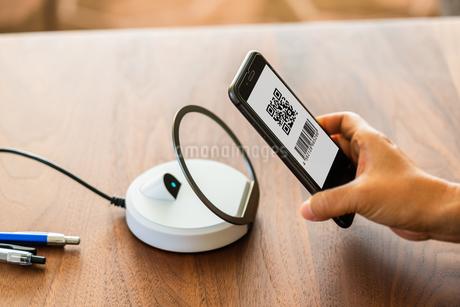 スマホ決済・キャッシュレス決済・QRコード決済・バーコード・Pay・ケータイ・支払いの写真素材 [FYI04120117]