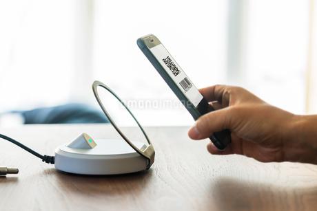 スマホ決済・キャッシュレス決済・QRコード決済・バーコード・Pay・ケータイ・支払いの写真素材 [FYI04120119]